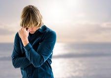 Trauriger deprimierter Mann vor Meer Stockbild