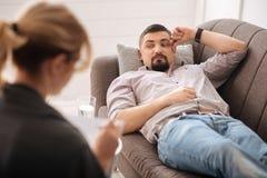 Trauriger deprimierter Mann, welche psychologischer Behandlung sich unterzieht Stockfotografie