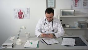 Trauriger Doktor oder Mediziner, die sein Geld zählen stock video