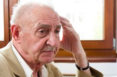 Trauriger einsamer alter Mann Stockfotografie