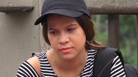 Trauriger einsamer deprimierter weiblicher jugendlich Student Lizenzfreie Stockbilder