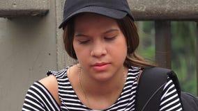 Trauriger einsamer deprimierter weiblicher jugendlich Student Lizenzfreie Stockfotografie