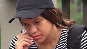 Trauriger einsamer deprimierter weiblicher jugendlich Student Lizenzfreies Stockfoto