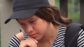 Trauriger einsamer deprimierter weiblicher jugendlich Student Stockbilder