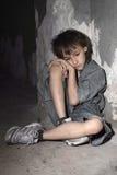 Trauriger einsamer kleiner Junge Lizenzfreies Stockfoto