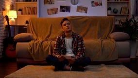 Trauriger einsamer Student, der Freundinfoto, leidendes Auseinanderbrechen, Beziehungen betrachtet lizenzfreie stockbilder