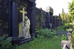 Trauriger Engel schützt hervorragendes Grab lizenzfreies stockfoto