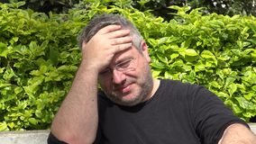Trauriger fetter unrasierter erwachsener Mann stock video footage