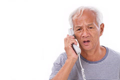 Trauriger, frustrierter, negativer älterer alter Mann, der über Haupt-teleph spricht Lizenzfreies Stockfoto