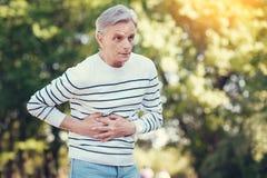 Trauriger gealterter Mann, der unter den Schmerz leidet lizenzfreie stockfotos