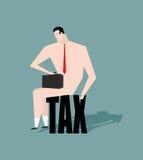 Trauriger Geschäftsmann, der auf Steuer sitzt deprimierender Nackter mit einem Briekäse Stockfoto