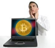 Trauriger Geschäftsmann, der in Bitcoin BTC investiert lizenzfreie stockfotografie