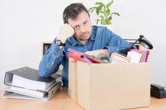 trauriger Geschäftsmann entlassen von seiner Büroarbeit Stockfotografie