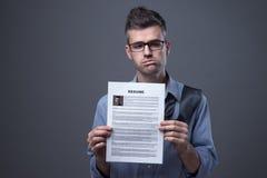 Trauriger Geschäftsmann, der nach einem Job sucht Stockbild