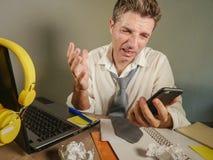 Trauriger hoffnungsloser Mann herein verlieren das unordentliche und deprimierte Arbeiten der Krawatte an der Laptop-Computer im  Stockfoto