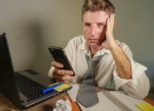 Trauriger hoffnungsloser Mann herein verlieren das unordentliche und deprimierte Arbeiten der Krawatte an der Laptop-Computer im  Lizenzfreies Stockbild