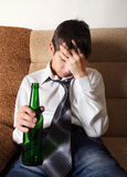 Trauriger Jugendlicher in der Alkoholsucht Lizenzfreies Stockbild