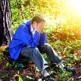 Trauriger Jugendlicher im Freien Stockfoto