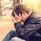 Trauriger Jugendlicher im Freien Stockfotografie