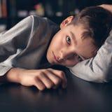 Trauriger Jugendlicher zu Hause lizenzfreie stockbilder
