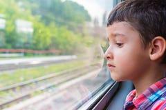 Trauriger Junge auf einem Zug Stockfotografie