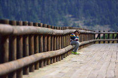 Trauriger Junge, der allein sitzt Lizenzfreies Stockfoto
