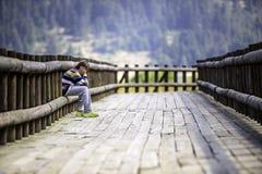 Trauriger Junge, der allein sitzt Lizenzfreie Stockfotografie