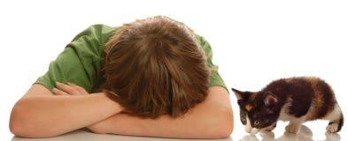 Trauriger Junge, der durch Haustier geliebt wird Lizenzfreie Stockbilder
