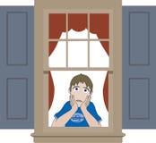 Trauriger Junge, der im Fensterrahmen sich lehnt Stockbild