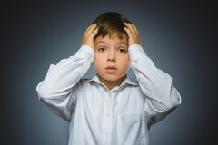 Trauriger Junge der Nahaufnahme mit besorgtem betontem Gesichtsausdruck Lizenzfreies Stockbild