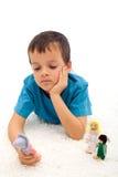 Trauriger Junge, der an seine getrennte Familie denkt Stockbild