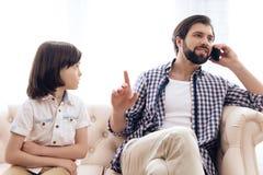 Trauriger Junge erhielt Umkippen wegen des Mangels an Aufmerksamkeit vom Vater lizenzfreie stockbilder