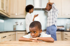 Trauriger Junge gegen die Elternargumentierung Stockbilder