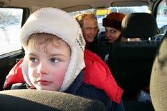 Trauriger Junge im Familienauto