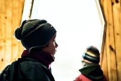 Trauriger Junge mit dem Rucksack Innen Lizenzfreies Stockbild