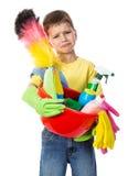 Trauriger Junge mit Reinigungswerkzeugen lizenzfreies stockfoto