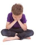 Trauriger Junge mit sinkendem Kopf Lizenzfreies Stockfoto
