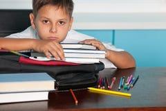 Trauriger Junge am Schreibtisch Lizenzfreies Stockbild