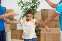 Trauriger Junge während Eltern, die im neuen Haus streiten lizenzfreies stockfoto