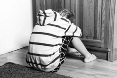 Trauriger Junge weg gedreht Lizenzfreie Stockfotografie