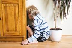 Trauriger Junge weg gedreht Stockfotografie
