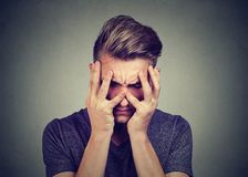 Trauriger junger Mann, der unten schaut Krisen- und Angststörungskonzept stockbild