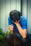 Trauriger junger Mann mit Zigarette Lizenzfreies Stockbild