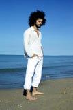 Trauriger kühler Mann, der auf Strand denkt Lizenzfreies Stockfoto