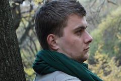 Trauriger Kerl nahe dem Baum Lizenzfreie Stockbilder