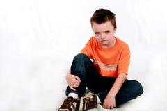 Trauriger kleiner Junge lizenzfreies stockbild