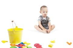 Trauriger kleiner Junge auf Weiß Stockfoto