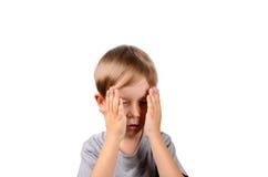 Trauriger kleiner Junge bedeckt sein Gesicht mit seinen Händen Lizenzfreie Stockbilder