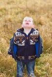 Trauriger kleiner Junge in der Landschaft lizenzfreie stockbilder