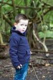 Trauriger kleiner Junge im Holz Stockfotografie